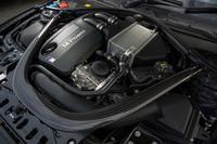 3リッター直6ツインターボエンジンは、ウオーターインジェクションシステムの採用により、通常の「M4クーペ」から69psと5.1kgmアップの最高出力500ps/最大トルク61.2kgmを発生する。0-100km/h加速はBMWの量産車として最速の3.8秒を誇る。