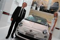 2011年ジュネーブショーでのモンテゼーモロ会長。ラポが企画に関与した「フィアット500 by Gucci」とともに。