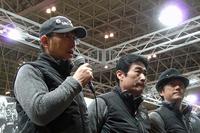 左から、ムーンクラフト代表の由良拓也氏、ドライバーを務める高橋一穂選手と、加藤寛規選手。