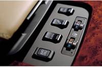 無段変速機には、意図的に6段をつくりだし、マニュアル感覚のシフトができるようにした「シーケンシャルシフト」を採用。走行状況にあわせ、ドライバーが「ノーマルモード」「パワーモード」「スノーモード」を選べる「モードセレクト」(写真)もある。
