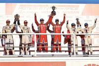 GT500クラスの表彰式。中央のNo.23 MOTUL AUTECH GT-Rは年間タイトルも獲得、喜びもひとしお。
