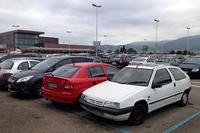 フィレンツェのアメリゴ・ヴェスプッチ空港の駐車場。左奥に見えるのは出発ターミナル。