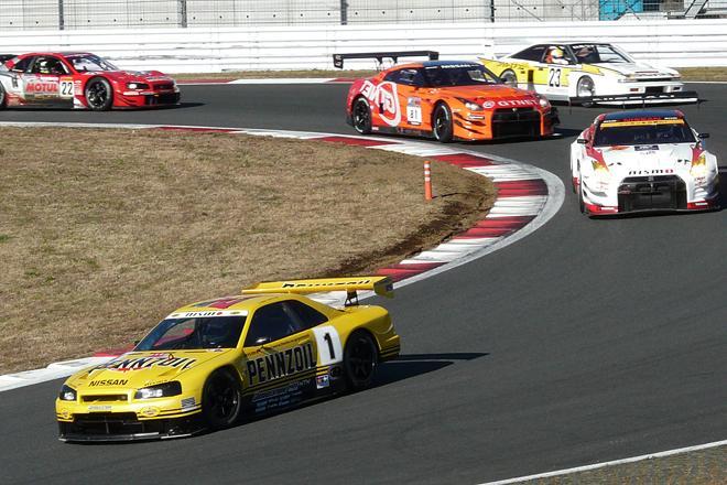 イベントステージでのオープニングセレモニーが終わり、いよいよNISMO FESTIVALが本格的にスタート。本コースでまず行われたのは、新旧のレーシングマシンによる「日産80周年ヒストリックカーデモラン」だ。