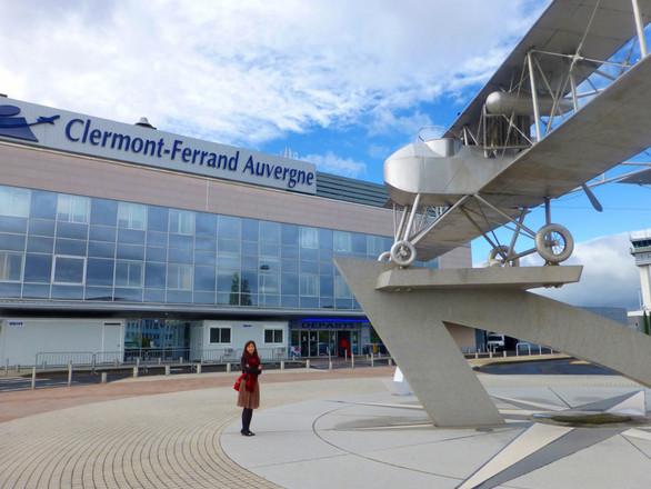 """パリから飛行機で約1時間、""""ミシュラン社のお膝元""""クレルモンフェランへ。空港の施設そのものはこぢんまりとしていますが、それでもここは、ハブ空港。建物の外には、ミシュランのタイヤを装着したミシュラン製飛行機のオブジェが。"""