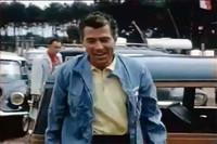 まるで映画スターのような二枚目のシェルビー氏。決勝日にサーキット入りする場面だろうか。