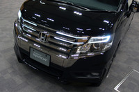 「ステップワゴン スパーダ」のフロントグリルには、新たにLEDアクセサリーランプが与えられた。