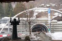 トンネルを見守る聖母像。