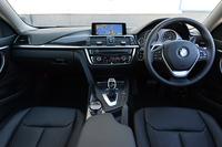 「BMW 428iクーペ ラグジュアリー」の室内。「ラグジュアリー」を選択すると、インストゥルメントパネルやセンターコンソールなどにクロム装飾が施される。