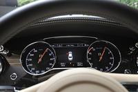 時計回りに表示される速度計(写真左)とエンジン回転計(同右)。速度計には330km/hまで目盛りが刻まれる。