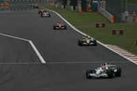 序盤レースをリードしたクビサ(手前)は、劣勢のマシンで健闘し2位でフィニッシュ。ポイントリーダー、ハミルトンの12点後方というポジションにつけた。残り2戦で奇跡の大逆転チャンピオンとなるか?(写真=BMW)