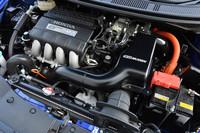 スーパーチャージャー(写真ではエンジン本体の手前側)により、約30%のパワーアップを果たしたハイブリッドユニット。