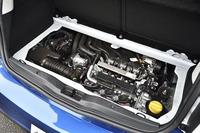 荷室のフロアボードを取り外すと1リッター直3自然吸気エンジン(71ps、9.3kgm)が現れる。リアのサスペンション形式は従来と同じドディオン式。