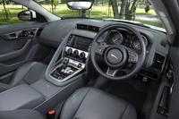 「Fタイプ クーペ」の運転席まわり。計器類の視認性に配慮し、ステアリングホイールの中心部分は下方にオフセットされている。