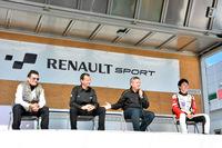 写真左より、フランスのルノー・スポール社からやってきたインターナショナル・マーケティング・マネージャーのジャン・カルカ氏、クリオR3Tヨーロピアントロフィーで活躍中のラリードライバーであるエマニエル・ギグ選手、ルノー・ジャポンの広報部のフレデリック・ブレン氏、ヨーロッパでフォーミュラ・ルノー2.0ユーロカップとNECシリーズに参戦中の笹原右京選手。