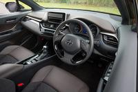 インストゥルメントパネルは横基調のデザインとしつつ、センタークラスターを運転席側に傾けることでスポーティー感を表現。内装色には「ブラック」と「リコリスブラウン」の2色が用意される。写真は「G」グレードのインテリア。