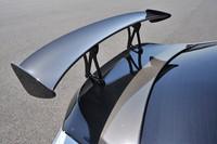 空力性能を高めるため、ボディーにはCFRP製の大型リアスポイラー、フロントスポイラー、バンパーサイドフィンなどのエアロパーツを装備している。