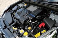 FA20型2リッターターボユニットは省燃費も売りのひとつ。JC08モードで12.4km/リッターがうたわれる。山間路走行を含む、都内から箱根までの往復で、車載の燃費計は8.1km/リッターを示した。 「DIT」専用のエンジンカバーを用意するところにもスバルのこだわりが見える。