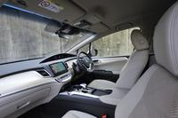 テスト車のインテリアカラーは、アイボリー。このほか、ブラック基調の室内色も用意されている。