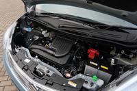 1気筒あたり2本のインジェクターが備わる1.2リッター4気筒の「デュアルジェットエンジン」。従来のエンジンを搭載したグレードも用意されている。
