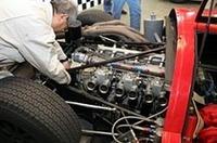 R380-IIの直6DOHC24バルブ2リッターエンジンを調整するメカニック。レストアおよびチューニングを担当しているのが、実際にマシン開発およびレースに携わった人々であるところがすばらしい。