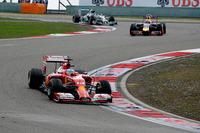 チーム代表の辞任という暗いニュースを払拭(ふっしょく)するかのような跳ね馬の復活。シルバーアローの2台にはかなわなかったが、フェラーリのアロンソ(前)は好スタートから今季最高の3位表彰台を獲得した。(Photo=Ferrari)