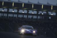 グランドスタンドをバックにダンロップコーナーを駆け上がる3位のNo.100 RAYBRIG HSV-010(伊沢拓也/山本尚貴組)。