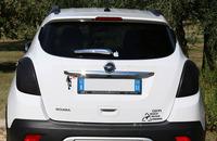 先日筆者が見かけたオペルの小型SUV「モッカ」。アップル製品に同梱(どうこん)されるステッカーからはじまり、1990年代にイタリアで流行したスキューバダイバー、そして右下にある「FUELED BY RECYCLED DINOSAURS」の「ディノザウルス燃料(化石燃料ということだろう)使用」まで、さまざまなステッカーが貼られている。