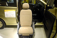 「ミラ・セルフマチック」は、この状態から車椅子が後退する形で引き込まれ、さらに回転することで運転姿勢をとれる。