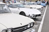 「TIME TRAVEL PARKING」の様子。パドック内の専用スペースには古き良き時代の名車が集う。