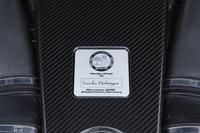 カーボン製のカバーには、このエンジンを手作業で組み上げたマイスターのサインが刻まれている。