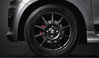 足元は165/55R15サイズのタイヤと15インチ×4 1/2Jのアルミホイールの組み合わせ。赤いフロントブレーキキャリパーも「アルト ワークス」の特徴となっている。