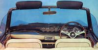 イタリアンGTの文法に則ったインパネ。アレマーノ製プロトタイプでは計器類は速度計と集合計のみだったが、生産型では大径の速度計と回転計(国産初)のほか、小径の燃料、水温、油圧、時計が装着された。3スポークのステアリングホイールは一見ナルディ風だが国産で、リム部分はエボナイト製。
