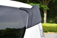 リアの側面上部には、フィン形状の空力パーツが装着される。