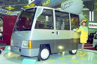 ダイハツのコンセプトカー「ハイゼット ダンボ」。コンパニオンはどこか「部屋とYシャツと私」をヒットさせた歌手、平松愛理風である。