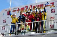 ECOクラス1−2位の表彰台。 1位のバイオエタノール車と2位のバイオディーゼル車が 表彰台ではともに健闘を称えあった。