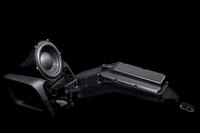 バックロードホーン型サブウーファーは、シートの下で折り返す筒状のホーン部で、音を増幅させる。