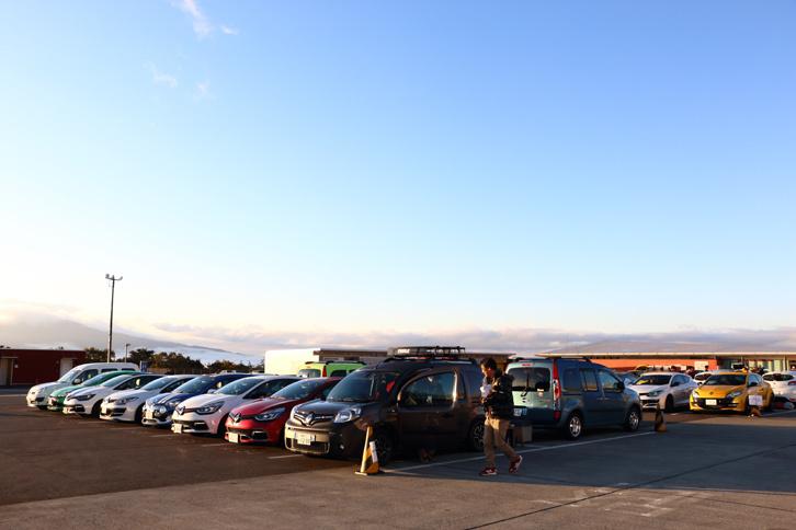 サーキット走行を行うルノー車の入場は午前5時半から可能だったため、夜明けと共にパドックには多くのルノー車が姿を見せた。