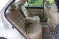 車体寸法は、日欧向けアコードよりふたまわり近く大きい。室内は広く、後席は足もと、頭上とも十分な空間が取られる。たっぷりしたサイズのシートもいい。