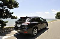 バージョンSの足もとには、235/55R19タイヤと専用アルミホイールが装着される。