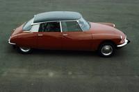 「シトロエンDS」 1955年にパリサロンで発表されると、その未来的スタイルが大きな話題となった。ハイドロニューマチックシステムを採用するなど先進的なメカニズムを持ち、当時としては珍しい前輪駆動の高級車だった。