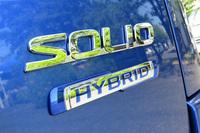 テールゲートに備えられた「HYBRID」のバッジ。