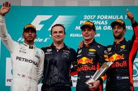 F1第15戦マレーシアGPを制したレッドブルのマックス・フェルスタッペン(写真右から2番目)、2位に入ったメルセデスのルイス・ハミルトン(同左端)、3位でレースを終えたレッドブルのダニエル・リカルド(同右端)。(Photo=Red Bull Racing)