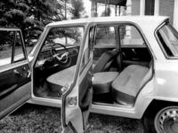 5段MTはコラムシフトで、前席のバックレストは左右別々に倒れるが、座面はベンチ式。計器盤にタコメーターは備わるが、スピードメーターは横長で、ステアリングホイールには大きなホーンリングが付く。