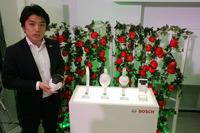 ボッシュの鈴木涼祐プロジェクトリーダーと「プランテクト」のハードウエア。