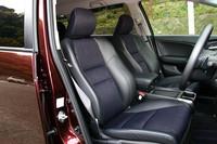 フロントシートは、ブルーステッチが入ったアブソルート専用スポーツシート。