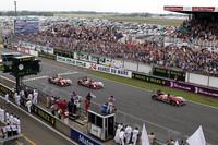 3台ならんでグランドスタンド前に戻ってきた、2010年の勝者アウディR15 TDI。予選トップのプジョーと入れ替わる展開は2008年と同じだが、今年はさらに表彰台を独占してレースを終えた。