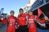 勝利を喜ぶ、No.1 MOTUL AUTECH GT-Rのロニー・クインタレッリ(写真左)、鈴木 豊 監督(中央)、そして松田次生(右)。