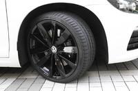 ブラック塗装の8J×19アルミホイールを装着。235/35R19サイズのタイヤを履く。