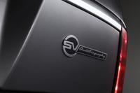 「SVオートバイオグラフィー」のエンブレム。