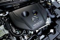 2.2リッターディーゼルがツインターボであるのに対し、新型「デミオ」に搭載された1.5リッターディーゼルエンジン(写真)はシングルターボとなる。最高出力は105ps。最大トルクは6AT仕様で25.5kgm、6MT仕様で22.4kgmを発生する。